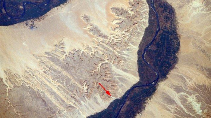 Lokasi Lembah Para Raja, di Tepi Barat Sungai Nil, Mesir Selatan difoto dari luar angkasa