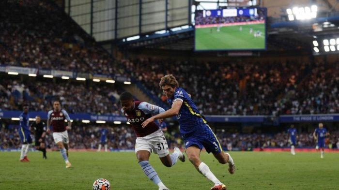 Leon Bailey vs Marcos Alonso di Liga Inggris antara Chelsea vs Aston Villa di Stamford Bridge di London pada 11 September 2021.