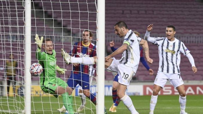 Leonardo Bonucci cetak gol yang dianulir melewati Marc-Andre ter Stegen di Liga Champions Barcelona v Juventus