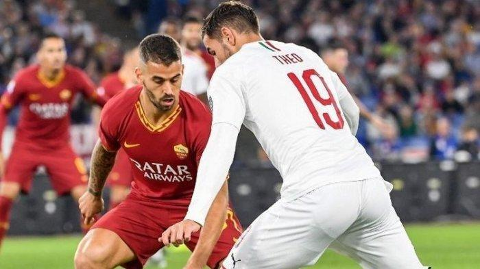 Leonardo Spinazzola mencoba menghentikan laju Theo Hernandez pada pertandingan AS Roma vs AC Milan dalam lanjutan Liga Italia, 27 Oktober 2019.