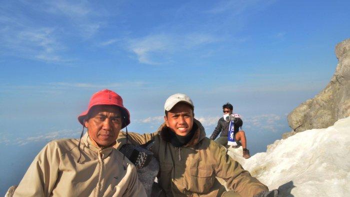 Dedi H Purwadi (kiri) bersama Anugerah Wira di puncak gunung Merapi saat pendakian 2017 (Foto Koleksi Pribadi Dedi H Purwadi)