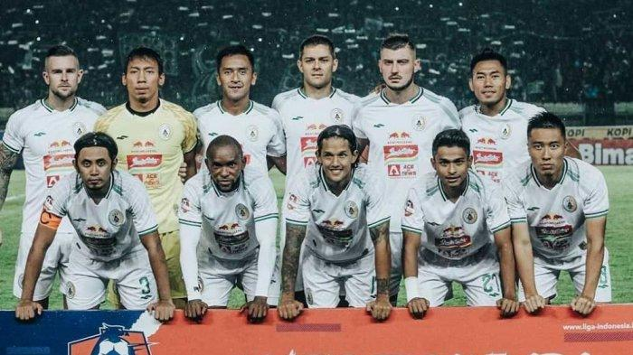 Starter PSS Sleman dalam laga menghadapi Persib di Stadion Si Jalak Harupat, Bandung, foto bersama sebelum pertandingan, Minggu, 15 Maret 2020.