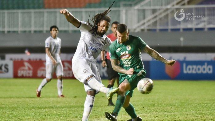 Penyerang Arema FC, Carlos Fortes diadang pemain PSS, Aaron Evans saat kedua tim berjumpa pada pekan keempat Liga 1 2021/22, Minggu (19/9/2021).