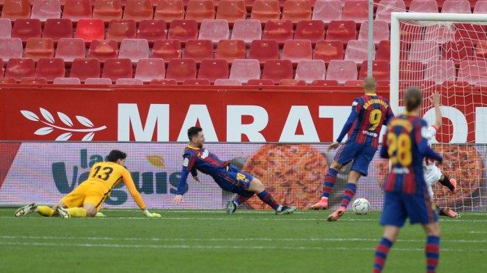 Lionel Messi mencetak gol di liga Spanyol Sevilla vs Barcelona di stadion Ramon Sanchez Pizjuan di Seville pada 27 Februari 2021.