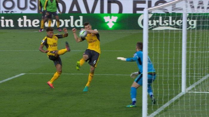 Bola menyentuh tangan Laurent Koscielny