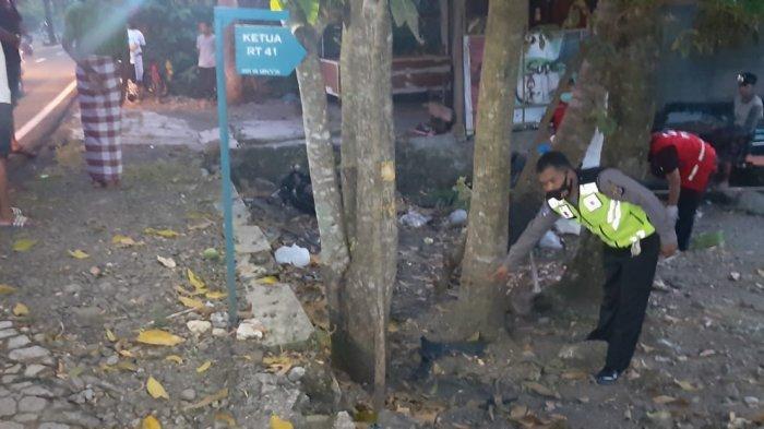 Polisi menunjukkan lokasi Dimas Setyawan (21), pengendara sepeda motor Scoopy bernomor polisi AB 3050 XY tewas setelah menabrak pohon, Kamis (6/5/2021)