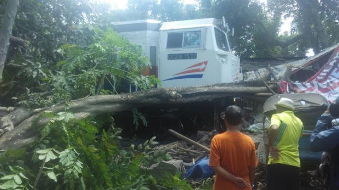 BREAKING NEWS : Lokomotif PT KAI Gagal Uji Rem dan Tabrak Ujung Rel