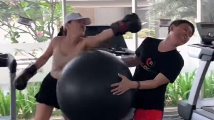 Pembalut Lucinta Luna Jatuh Saat Memukul Pelatih Gymnya