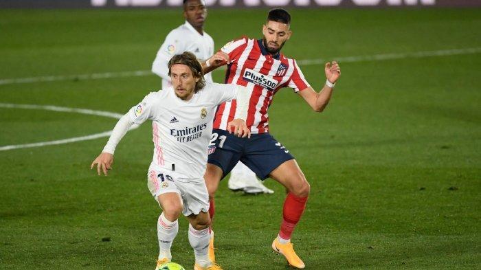 Luka Modric dan Yannick Ferreira-Carrasco di liga Spanyol Real Madrid vs Atletico de Madrid di stadion Alfredo di Stefano di Madrid pada 12 Desember 2020.