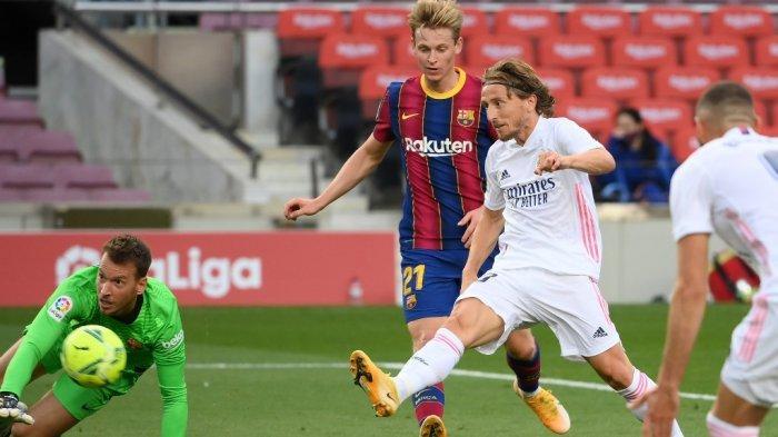 Gelandang Kroasia Real Madrid Luka Modric (kanan) mencetak gol pada pertandingan sepak bola Liga Spanyol antara Barcelona dan Real Madrid di stadion Camp Nou di Barcelona pada 24 Oktober 2020.