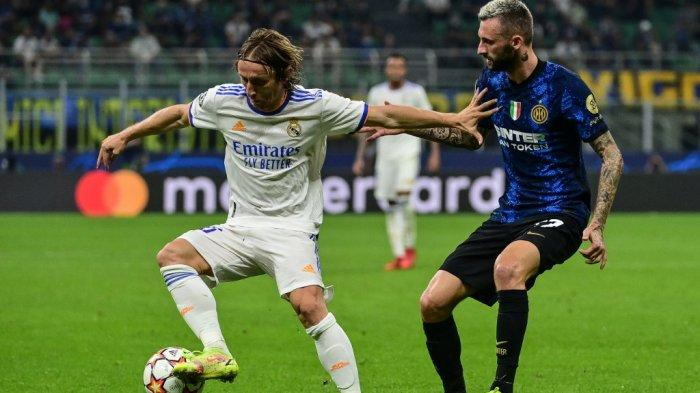 Luka Modric vs Marcelo Brozovic di Liga Champions antara Inter Milan vs Real Madrid pada 15 September 2021 di stadion San Siro di Milan.