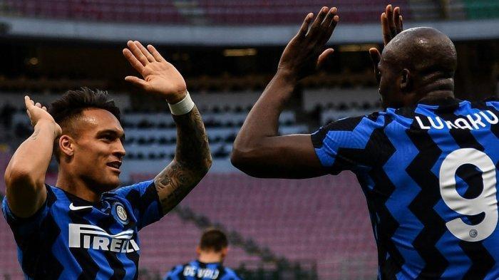Lukaku dan Martinez setelah mencetak gol di Liga Italia Serie A Inter Milan vs Sassuolo pada 7 April 2021 di stadion San Siro di Milan.