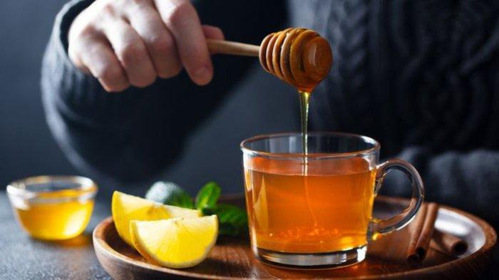 lustrasi madu. Keaslian madu bisa dites dengan air.