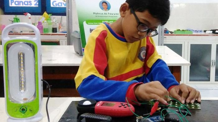 Tak Ingin Anak Lain Berkacamata, Siswa SD Ini Ciptakan Lampu Khusus