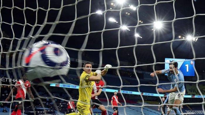 Ilkay Gundogan cetak gol ke gawang Manchester City, Kamis (11/3/2021)