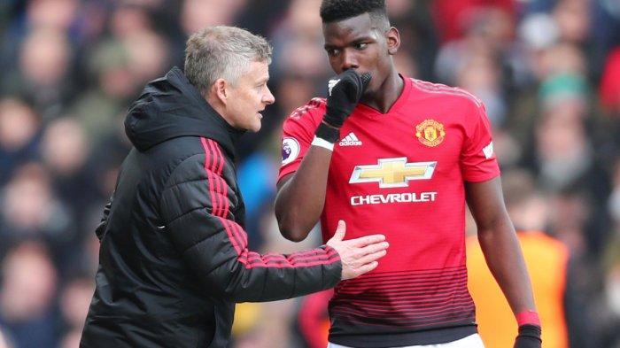 Gelandang Manchester United Paul Pogba berbincang dengan Pelatih Manchester United