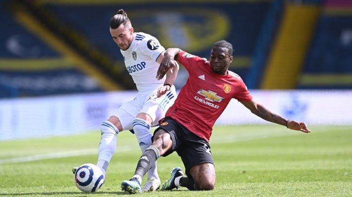 Bek sayap Manchester United, Aaron Wan-Bissaka mencoba merebut bola dari pemain Leeds United pada lanjutan Liga Inggris di Stadion Elland Road, Minggu (25/4/2021) malam WIB.