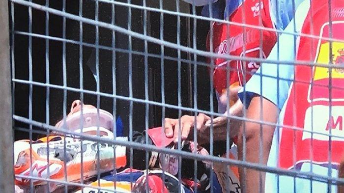 Marc Marquez dengan penyangga leher di tandu setelah kecelakaan di Horor di MotoGP Spanyol
