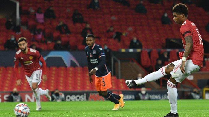 Striker Inggris Manchester United Marcus Rashford (kanan) mencetak penalti selama pertandingan sepak bola grup H Liga Champions UEFA antara Manchester United dan Istanbul Basaksehir di stadion Old Trafford di Manchester, Inggris barat laut, pada 24 November 2020.