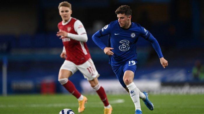 Martin Odegaard dan Mason Mount di Liga Inggris Chelsea vs Arsenal di Stamford Bridge di London pada 12 Mei 2021.