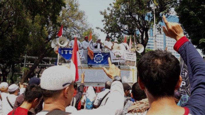 Massa Aksi di Gedung MK Mengaku Dapat Undangan Halal Bihalal