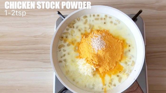 Masukkan keju, susu, dan bahan lainnya
