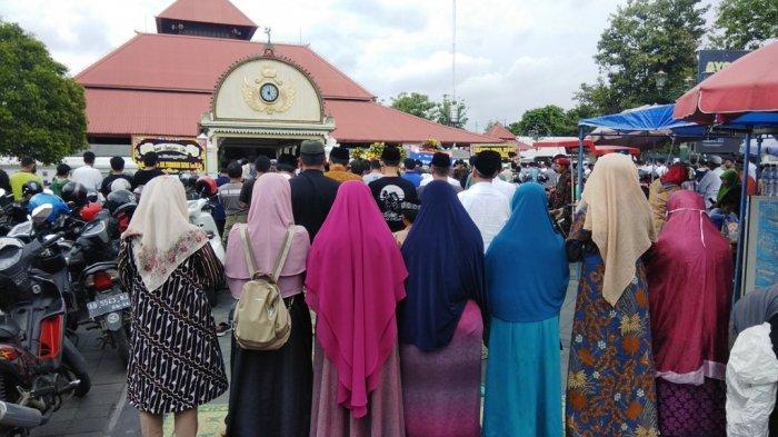 Masjid Gede Kauman Dipadati Masyarakat Salatkan Jenazah Yunahar Ilyas