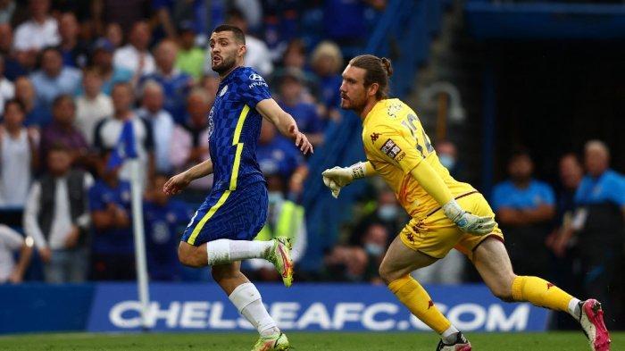 Mateo Kovacic mencetak gol melewati kiper Villa Jed Steer di Liga Inggris antara Chelsea vs Aston Villa di Stamford Bridge di London pada 11 September 2021.