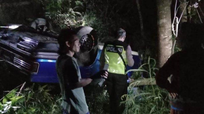 Mati Mesin Saat Menanjak di Wilayah Sleman, Sebuah Sedan Terperosok Lalu Terguling