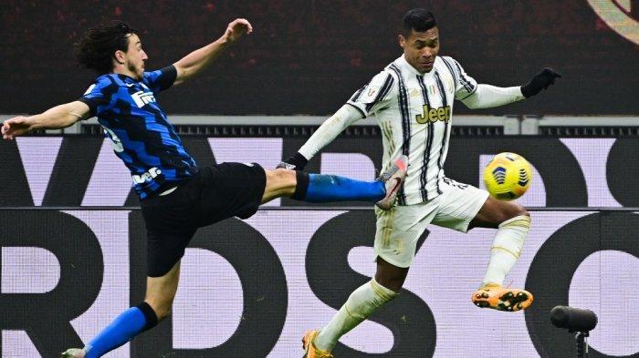 Matteo Darmian dan Alex Sandro di semifinal Piala Italia Inter Milan vs Juventus pada 2 Februari 2021 di stadion San Siro di Milan.