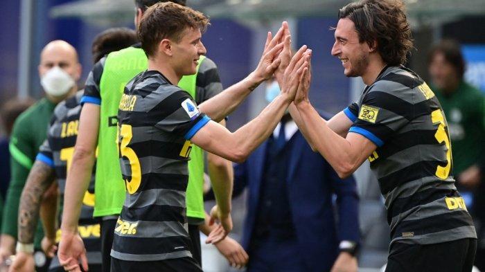Matteo Darmian dan Nicolo Barella di Liga Italia Serie A Inter Milan vs Hellas Verona pada 25 April 2021 di stadion San Siro di Milan.
