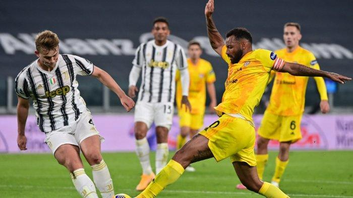 Bek Juventus asal Belanda, Matthijs De Ligt (kiri) dan gelandang asal Brazil Cagliari, Joao Pedro, mengejar bola selama pertandingan sepak bola Serie A Italia Juventus vs Cagliari pada 21 November 2020 di stadion Juventus di Turin.