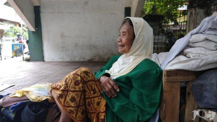 Kisah Mbah Haniti, Tetap Semangat Berdagang Pakaian di Usia Senjanya, Hingga Rela Tidur di Pasar