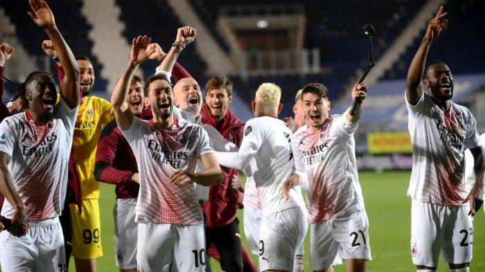 Souhaliho Meite, Hakan Calhanoglu, Brahim Diaz dan Fikayo Tomori setelah Liga Italai Serie A Atalanta Bergamo vs AC Milan pada 23 Mei 2021 di stadion Atleti Azzurri d'Italia di Bergamo.