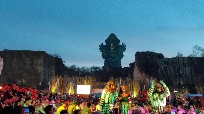 Suasana kawasan wisata Garuda Wisnu Kencana yang berada di Bukit Ungasan Badung Bali. Di sini pengunjung bisa menyaksikan langsung kemegahan patung GWK yang menempati urutan ketiga sebagai patung tertinggi di dunia. Selain itu bisa menyaksikan beragam pertunjukkan seni dan budaya Bali.