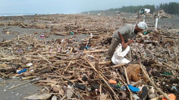 Dipenuhi Sampah, Kawasan Pantai Trisik Menjadi Ladang Uang Bagi Pemulung