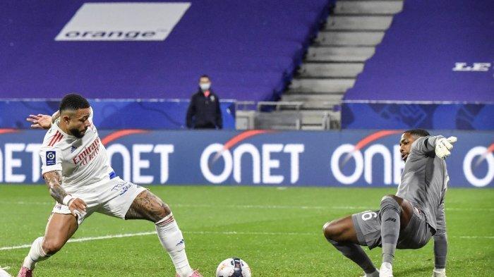 Memphis Depay dan Mike Maignan di Ligue 1 Prancis Olympique Lyonnais vs LOSC Lille di Stadion Groupama di Decines-Charpieu Lyon, Prancis tengah-selatan pada 25 April 2021.