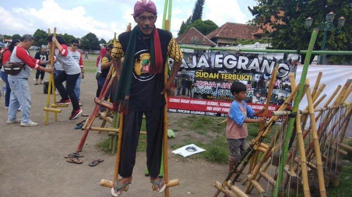 Mengenal Sosok Mbah Yudi Si Raja Egrang Dari Yogyakarta Tribun Jogja