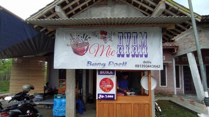 Warung Mie Ayam Bang Poel yang menjual mi ayam dengan mangkuk bakso