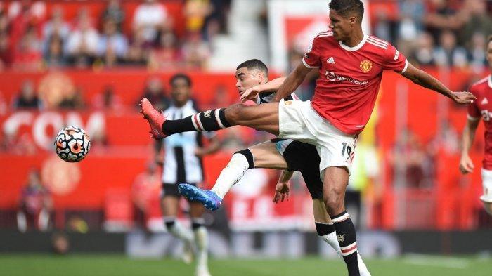 Miguel Almiron vs Raphael Varane di Liga Inggris antara Manchester United vs Newcastle di Old Trafford di Manchester, Inggris pada 11 September 2021.