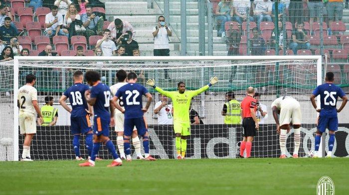 Mike Maignan jelang menyelematkan penalti Gareth Bale di laga uji coba Real Madrid vs AC Milan 8 Agustus 2021