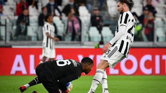 Mike Maignan vs Adrien Rabiot di LIga Italia Serie A antara Juventus vs AC Milan di stadion Juventus di Turin, pada 19 September 2021.