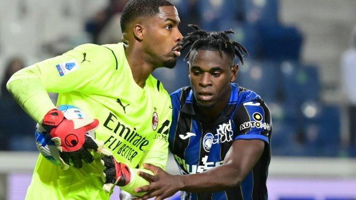 Mike Maignan vs Duvan Zapata Liga Italia Serie A Atalanta vs AC Milan di Stadion Gewiss (Stadio di Bergamo) di kota utara Bergamo pada 3 Oktober 2021.