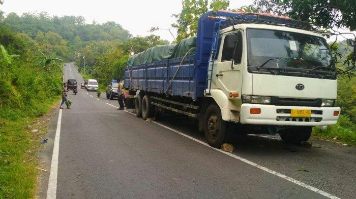 Minibus Tabrak Tronton Sedang Parkir di Ngawen, Seorang Lansia Alami Patah Tulang
