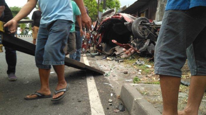 Satu unit Honda Mobilio ringsek setelah mengalami laka lantas di Jalan Magelang km 8, Mlati, Sleman, Sabtu (3/10/2020) pagi.