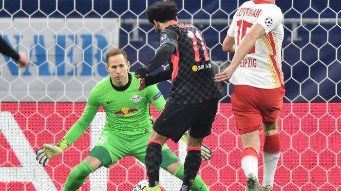 Mohamed Salah mencetak gol melewati Peter Gulacsi di leg pertama babak 16 besar Liga Champions RB Leipzig vs FC Liverpool di Puskas Arena di Budapest pada 16 Februari 2021.