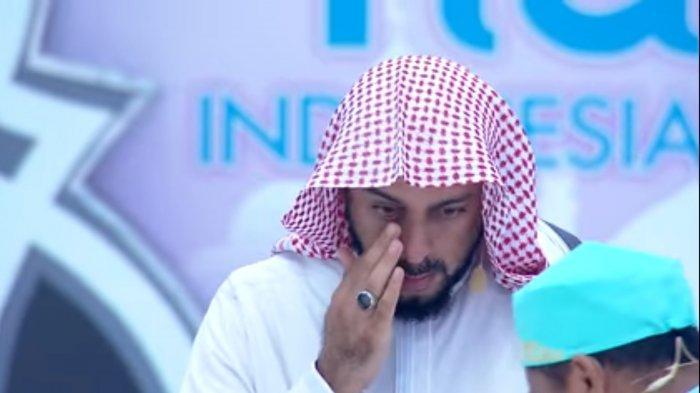 Momen Syekh Ali Jaber ketika mendengarkan hafalan Al Quran dua anak berkebutuhan khusus. Pada kesempatan tersebut, Syekh Ali Jaber sampai mengecup kaki Naja, penghafal Al Quran dengan kondisi otak yang lumpuh.