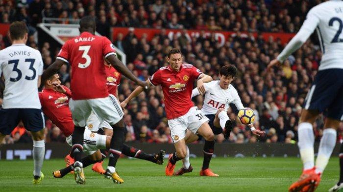 Son Heung-Min berduel dengan Nemanja Matic (31) ketika Manchester United melawan Tottenham Hotspur pada partai Liga Inggris di Stadion Old Trafford, Sabtu (28/10/2017).