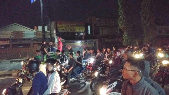 Konvoi Kendaraan Tak Kenakan Helm di Malam Takbir