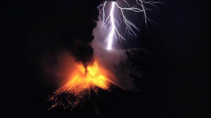 Muncul Petir Saat Gunung Api Meletus